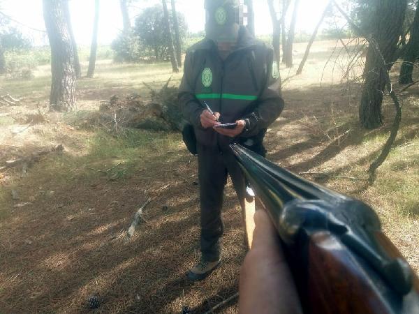 Cazador amenaza a un agente forestal