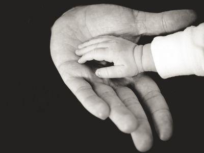 Mano de bebé humano